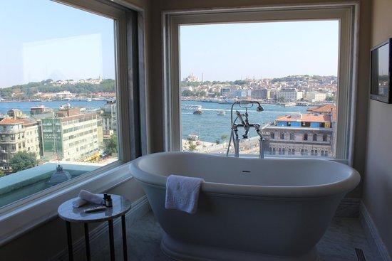 Vault Karakoy, The House Hotel: Penthouse bath view unbelievable. Perfect!