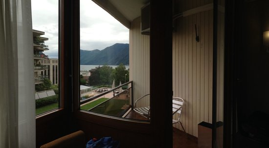 Hotel Delfino: Small balcony with a little bit of lake view