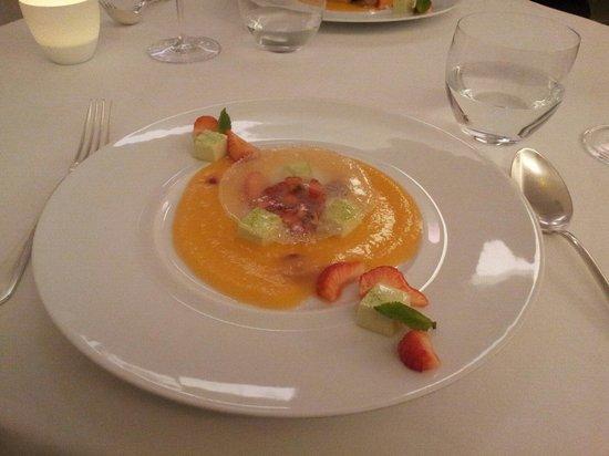 L'Axel: Salade de fraises, pana cotta à la menthe,  soupe de melon et disque de sucre (remplacement de l