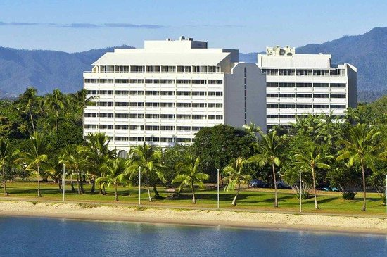 Holiday Inn Cairns Harbourside: Exterior