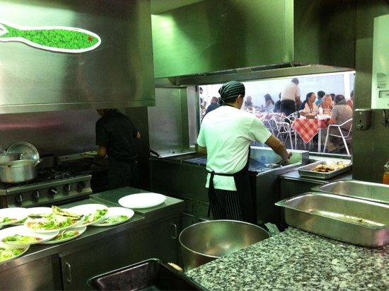 Churrasqueira o cofre: Жаровня с окном. Можно смотреть как готовят.