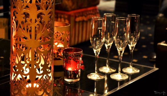 Echoes Boutique Hotel & Restaurant: Awaiting Champagne at the Bar
