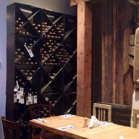 Lacrimi si Sfinti: Wine rack