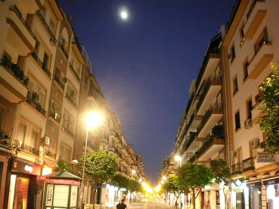 Monte Carmelo Hotel: 50 meters from this pedestrian shopping street