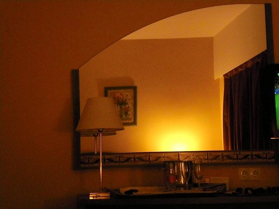 Hotel Monte Carmelo: The room was spacious with a comfortable bed