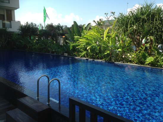 Taksu Sanur Hotel: Main Swimming Pool (1.4m-1.5m deep - despite the sign saying 1.6m)
