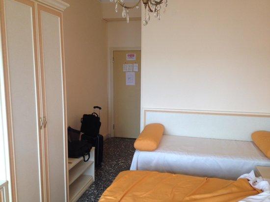 Hotel Hollywood: Ingresso camera matrimoniale+3 letto