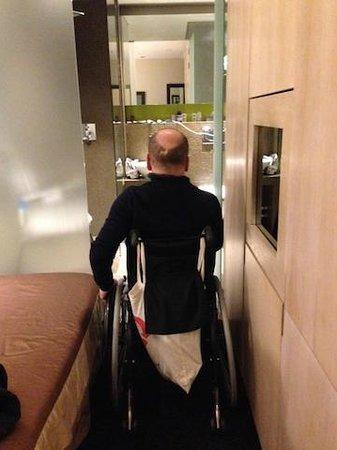 Hotel Elixir: narrow access to bathroom