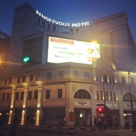 Rendezvous Hotel Singapore by Far East Hospitality: ホテルの前の交差点から