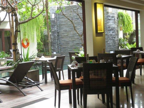 Sense Hotel Seminyak: lovely outlook at breakfast