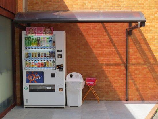 Sutton Hotel Hakata City: 隣接駐車場の自販機脇に灰皿あり