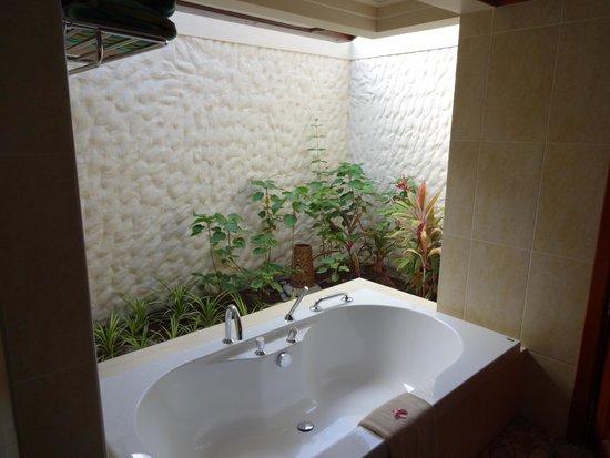 Kurumba Maldives: The way the bathroom is partly open is nice