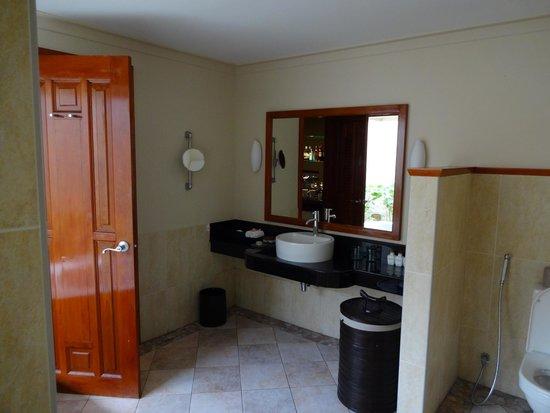 Kurumba Maldives: Spacious bathroom