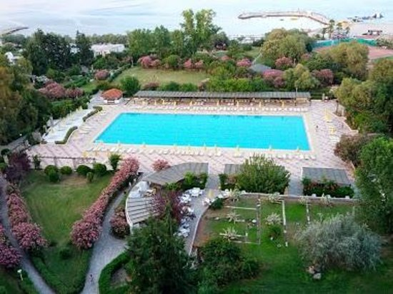 Athos Palace Hotel: Athos Palace pool and seaside centre