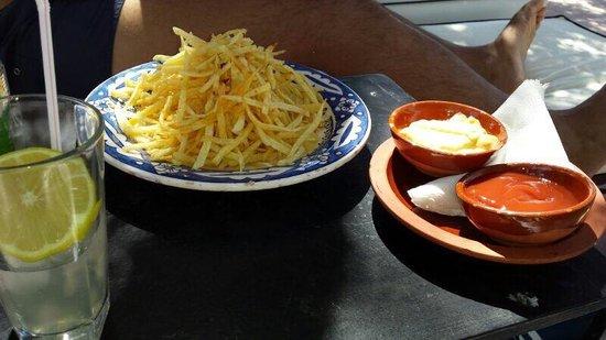Hotel By Beldi: Patatine fresche con salse come aperitivo