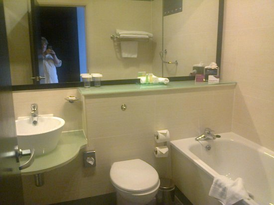 Crowne Plaza Hotel Dublin Airport: Room 331 - bathroom
