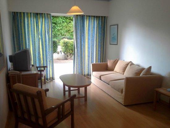 Paphos Gardens Holiday Resort: гостиная