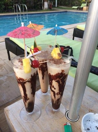Bedarra Beach Inn: mudslides at happy hour which is every day from 5-6pm