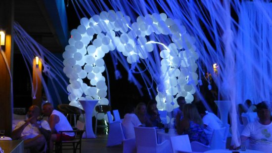 Baia Lara Hotel : white party at beach bar