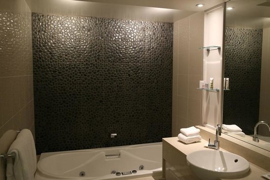 Mercure Resort Hunter Valley Gardens: The nice clean modern spa Bathroom