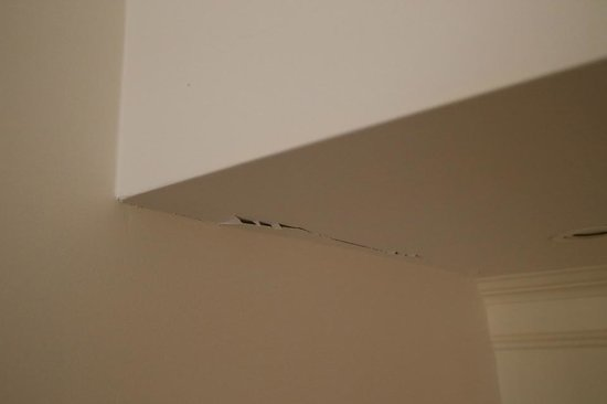 Mercure Resort Hunter Valley Gardens: Water damage and cracked paint