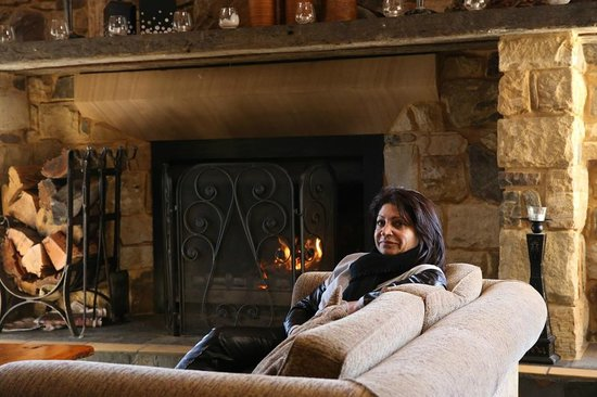 Mercure Resort Hunter Valley Gardens: Relaxing in the lounge room by the fire