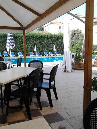 Hotel Verona: Colazione in piscina