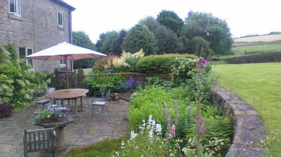 Loadbrook Cottages Bed and Breakfast: The patio and garden