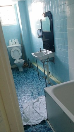 Mowbray Court Hotel : The unclean shared bathroom