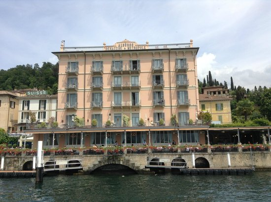 Hotel Metropole Bellagio: View of Metropole Hotel from the ferry