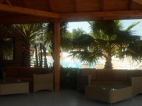 Poseidon Beach Village: Ingresso al ristorante - vista sulle piscine (due)