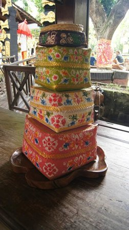 Puri Wisata Bungalows: Stack of colorful baskets at the lobby