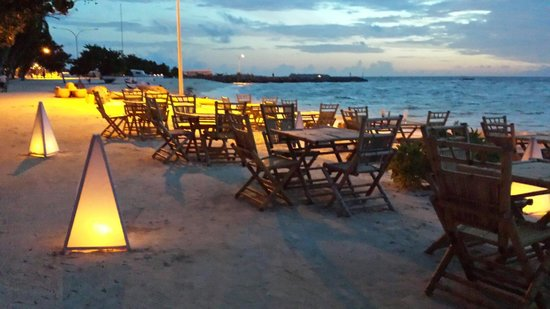 Kaani Beach Hotel : Candlelight at a restaurant next to the hotel