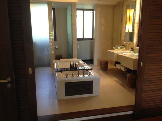 Movenpick Resort Bangtao Beach Phuket: Big bathroom