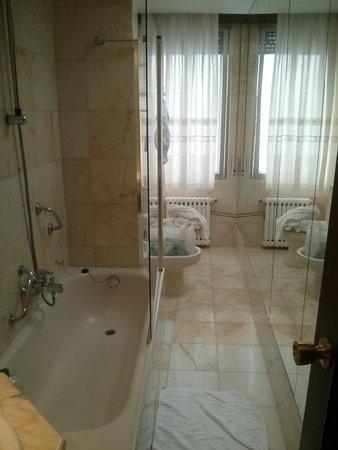 "Hotel Fernán González: pasillo/baño ""super amplio"" de hotel de 4 estrellas..."