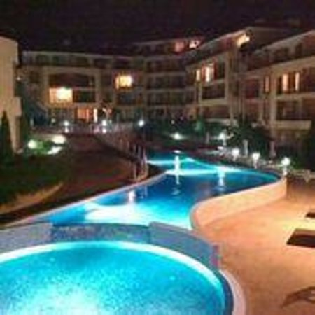 Apartcomplex Panorama Dreams: Lower pool at night