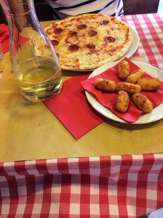 Ristorante Pizzeria Ai Sportivi: Diavolo & Potato Croquettes with 1L of Vino de Casa