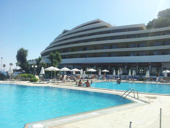Olympic Palace Resort Hotel & Convention Center: da una delle piscine