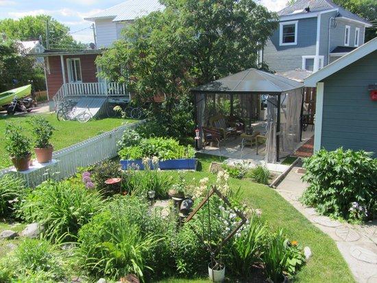 Gîte Fleury : Un jardin de lutins avec d'excellentes fraises des bois
