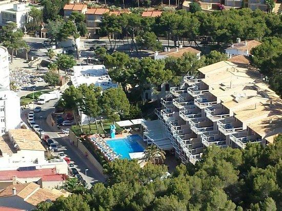 Universal Aparthotel Don Camilo: Utsikt ned på hotellet fra fjelltopp rett i nærheten