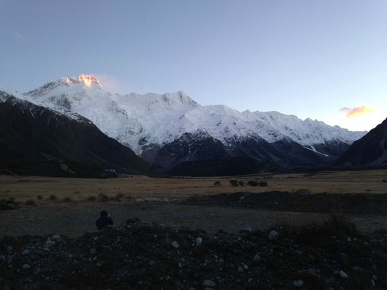 Aoraki Court Aoraki/Mt Cook Village: Sunrise over the mountains