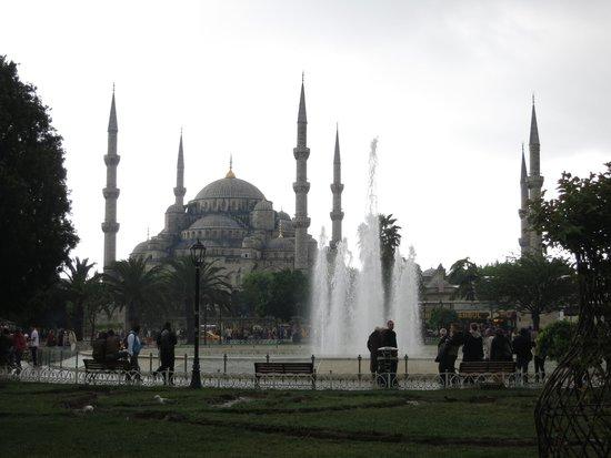 Mosquée Bleue (Sultan Ahmet Camii) : Park outside Blue Mosque