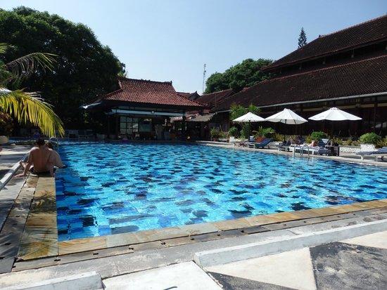 Grand Istana Rama Hotel Bali: pool & pool bar