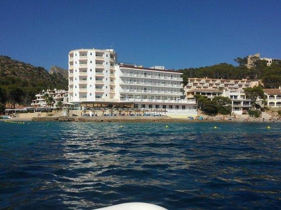 Universal Hotel Aquamarin: Bilde av hotellet tatt fra båt rett utenfor.