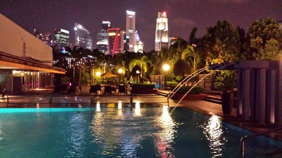 Marina Mandarin Singapore: The evening pool view