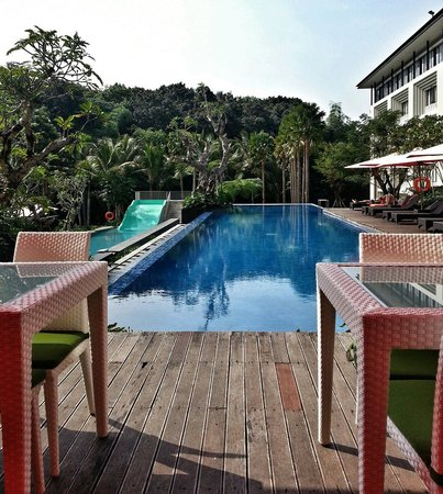 HARRIS Hotel & Conventions Malang : Swimming pool and restaurant
