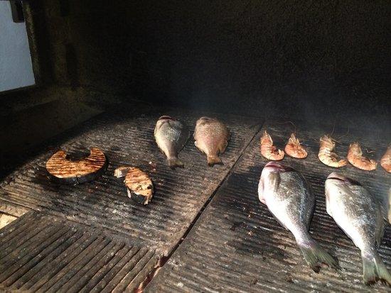 Kounelas Fish Tavern: Der Grill des Restaurants