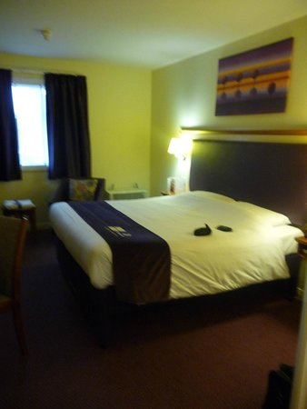 Premier Inn Norwich City Centre (Duke Street) Hotel: bedroom - usual Premier Inn layout
