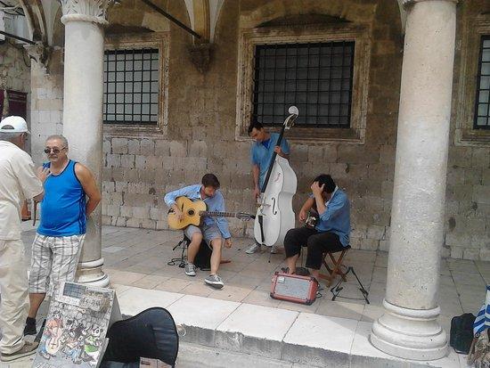 Rector's Palace : Музыканты развлекают туристов