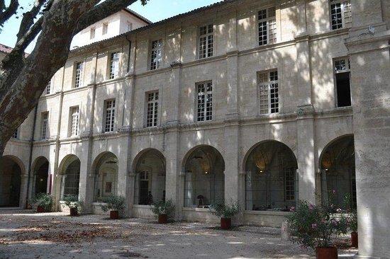 Hotel Cloitre Saint Louis : Cloister Courtyard